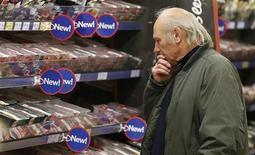 La venta de hamburguesas de vacuno que contenían carne de caballo por parte de la cadena de supermercados Tesco fue condenada el miércoles por el primer ministro británico y probablemente supondrá bochorno y dinero para la empresa. En la imagen de archivo, un cliente observa la carne a la venta en una tienda de Tesco en Bishop's Stortford, Inglaterra, el 26 de noviembre de 2012. REUTERS/Suzanne Plunkett