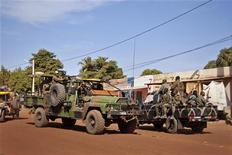 Militaires français dans les rues de Markala, entre la capitale malienne Bamako et la ville de Mopti. Près de deux Français sur trois (63%) sont favorables à l'intervention militaire de la France au Mali, selon un sondage Harris Interactive. /Photo prise le 15 janvier 2013/REUTERS/François Rihouay
