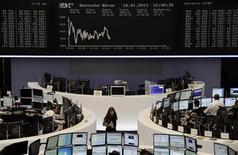 Las acciones europeas cerraron el miércoles prácticamente planas, recuperándose tras tocar mínimos intradía porque muchos inversores aprovecharon el descenso para aumentar su exposición. En la imagen, la bolsa de Fráncfort, el 16 de enero de 2013. REUTERS/Remote/Amanda Andersen