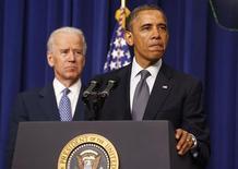 Barack Obama aux côtés de son vice-président Joe Biden, à Washington. Le président américain a dévoilé un vaste plan visant à réduire les violences aux Etats-Unis dues aux armes à feu qui prévoit de vérifier les antécédents judiciaires de tous les candidats à l'acquisition de ces armes et d'interdire les armes d'assaut. /Photo prise le 16 janvier 2013/REUTERS/Larry Downing