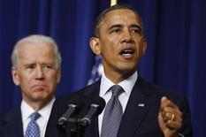 El presidente de Estados Unidos, Barack Obama, propuso el miércoles una nueva prohibición sobre armas de asalto y revisiones de antecedentes más estrictas para los compradores de armas, en un paquete de propuestas para reducir la violencia armada tras la matanza de 20 niños y seis adultos en una escuela de Connecticut el mes pasado. En la imagen, Obama presenta sus propuestsa con el presidente Joe Biden en un segundo plano, el 16 de enero de 2013. REUTERS/Larry Downing