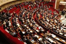 """François Hollande a promis aux parlementaires français que le non-cumul des mandats prendrait effet pour """"tous les parlementaires"""" durant le quinquennat, alors que des voix dans la majorité plaident pour une mise en oeuvre dès 2014. /Photo prise le 27 novembre 2012/REUTERS/Benoît Tessier"""