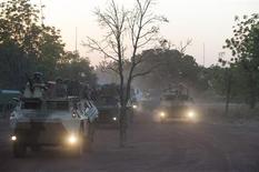 """Véhicules blindés de l'armée française au nord de Bamako. François Hollande a assuré mercredi que la France n'était pas seule au Mali, en réponse au président de l'UMP Jean-François Copé s'inquiétant mercredi de la """"solitude"""" de Paris dans cette opération. /Photo prise le 16 janvier 2013/REUTERS/ECPAD/Arnaud Roine"""