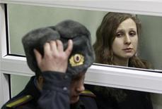 Maria Alyokhina, una de las componentes de grupo Pussy Riot que se encuentra en prisión, perdió el miércoles una apelación para ser liberada y para que su sentencia fuera aplazada para poder cuidar de su hijo. En la imagen, Maria Alyokhina escucha el veredicto durante el juicio en Berezniki. REUTERS/Sergei Karpukhin