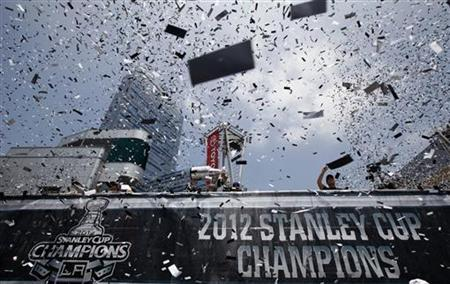 The Los Angeles Kings hoist the Stanley Cup during the NHL Stanley Cup hockey championship parade in Los Angeles, June 14, 2012. REUTERS/Lucy Nicholson