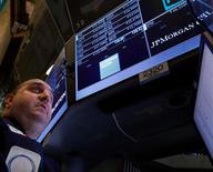 El índice S&P 500 cerró casi plano el miércoles en la Bolsa de Nueva York, gracias a que las sólidas utilidades de dos de los más importantes bancos y el rebote de las acciones de Apple contrarrestaron las preocupaciones en torno a la rebaja de un pronóstico del crecimiento global en el 2013. En la imagen, el especialista de Getco Peter Giacchi trabaja en el puesto de Goldman Sachs y JP Morgan Chase en la Bolsa de Nueva York, el 16 de enero de 2013. REUTERS/Brendan McDermid