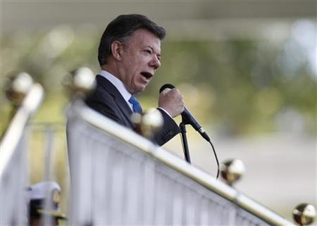 Colombian President Juan Manuel Santos gives a speech during promotion ceremony at a police school in Bogota December 7, 2012. REUTERS/John Vizcaino