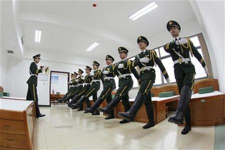 Paramilitary police officers take part in an indoor training session on a foggy day in Zhengzhou, Henan province, January 16, 2013. REUTERS/China Daily