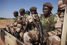 Militaires maliens à Bamako. Les chefs militaires des Etats membres de la Cédéao ont indiqué mercredi que les troupes françaises recevraient prochainement le renfort de 2.000 soldats africains dans le cadre de l'opération militaire menée au Mali sous mandat de l'Onu. /Photo prise le 16 janvier 2013/REUTERS/Joe Penney