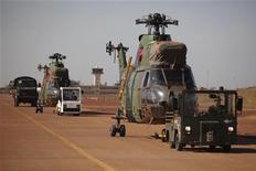 Un grupo de combatientes integristas islámicos secuestró el miércoles a decenas de rehenes occidentales y argelinos en un ataque durante la madrugada contra un yacimiento de gas natural en lo profundo del Sahara y exigió que Francia detenga una nueva ofensiva contra rebeldes en la vecina Mali. En la imagen, helicópteros franceses llegan a una base aérea en Bamako, Mali, el 16 de enero de 2013. REUTERS/Joe Penney