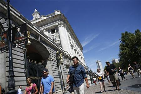 Tourists walk past the Royal Palace in Madrid August 28, 2012. REUTERS/Juan Medina