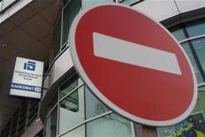 """Знак """"кирпич"""", стоящий около отделения Национального резервного банка в Москве, 17 февраля 2012 года. Российские банки в 2012 году замедлили темпы кредитования компаний вдвое, показав ускорение роста займов населению почти до 40 процентов. На сокращение темпов роста корпоративных кредитов могло повлиять замедление экономики, считает ЦБ, но не сентябрьское повышение ставок. REUTERS/Anton Golubev"""