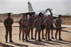 Extremistas islamistas que retienen a docenas de rehenes occidentales en una planta de gas en Argelia han obligado a algunos de ellos a ponerse cinturones con explosivos, dijo el jueves la televisión francesa, citando a uno de los rehenes. En la imagen, soldados franceses escuchan al presidente de Mali, Dioncounda Traore, en una base aérea, en Bamako, el 16 de enero de 2013. REUTERS/Joe Penney