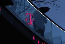 Selon le quotidien économique allemand Handelsblatt, Deutsche Telekom prévoit de supprimer 1.200 emplois en Allemagne afin d'économiser une centaine de millions d'euros par an. /Photo prise le 5 décembre 2012/REUTERS/Ina Fassbender