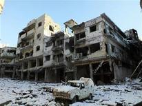 """Más de 100 personas, incluidos mujeres y niños, murieron en una """"masacre"""" llevada a cabo por fuerzas leales al presidente sirio Bashar el Asad el martes en Homs, dijo el jueves un grupo de supervisión. En la imagen, un coche y edificios dañados en Homs el 10 de enero de 2013. REUTERS/Yazan Homsy"""
