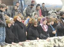 Civili ad un funerale ad Homs. REUTERS/Mysraa Al-Misrai/Shaam News Network/Handout