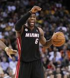 LeBron James se convirtió el miércoles en el jugador más joven de la NBA en alcanzar los 20.000 puntos, encestando 25 en la victoria de Miami por 92-75 frente a los Golden State Warriors. En la imagen, de 16 de enero, LeBron James de Miami en un partido contra los Golden State Warriors. REUTERS/Robert Galbraith