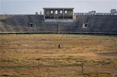 Los extremistas islámicos de Somalia vinculados con Al Qaeda dijeron el jueves que habían ejecutado al agente francés que las fuerzas armadas franceses intentaron rescatar el fin de semana. En la imagen, un soldado de la Misión Unión Africana en Somalia (AMISOM, en sus siglas en inglés) pasea por el interior del Estadio Nacional de Mogadiscio, el antiguo cuartel general del grupo extremista Al Shabaab, en esta imagen facilitada por misión internacional tomada el 12 de enero de 2013 y recibida por Reuters el 16 de enero de 2013. REUTERS/