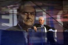 Il presidente del Consiglio Mario Monti, sullo sfondo una foto del candidato premier del Pd, Pier Luigi Bersani, durante la trasmissione Rai Porta a Porta. Roma, 14 gennaio 2013. REUTERS/Alessandro Bianchi