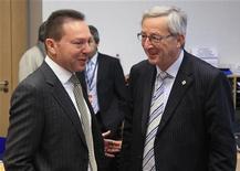 Il ministro delle Finanze greco, Yannis Stournaras, parla con il primo ministro del Lussemburgo e presidente dell'Eurogruppo, Jean-Claude Juncker, a margine di una riunione dell'Eurogruppo. Bruxelles, 13 dicembre 2012. REUTERS/Yves Herman