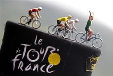 """La primera etapa del Tour de Francia 2014 transcurrirá entre Leeds y Harrogate, ya que el condado inglés de Yorkshire albergará la """"gran partida"""" de la ronda ciclista, anunció el jueves el director de la misma, Christian Prudhomme. En la imagen de archivo, figuras de juguete que representan a ciclistas en un sombrero de un aficionado antes del inicio de una etapa del Tour entre Bagneres-de-Luchon y Peyragudes, el 19 de julio de 2012. REUTERS/Bogdan Cristel"""