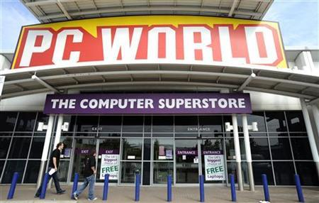 People walk past the PC World store in Watford, southeast England, June 25, 2009. REUTERS/Nigel Roddis