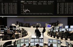 L'hésitation prévaut sur les marchés d'actions européens, où les Bourses de Paris (+0,45%) et Zurich (+0,73%) évoluent dans le vert à la mi-séance, tandis qu'à Francfort, le Dax cède 0,23% et qu'à Londres, le FTSE abandonne 0,18%. /Photo prise le 17 janvier 2013/REUTERS/Remote/Marte Kiessling