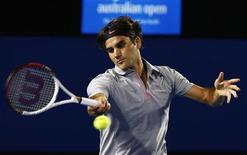 Dos de los favoritos en el Abierto de Australia, Roger Federer y Andy Murray, avanzaron el jueves con facilidad a tercera ronda, en un día de calor sofocante en Melbourne. En la imagen, Federer devuelve una bola a Davydenko en Melbourne, el 17 de enero de 2013. REUTERS/David Gray