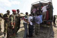 Forças da polícia do governo da Somália prendem suspeitos de integrar o grupo Al Shabaab em operação no distrito da Madina, em Mogadíscio. Militantes da Somália ligados à Al Qaeda disseram nesta quinta-feira que executaram um agente francês, a quem as Forças Armadas tentaram resgatar no fim de semana. 15/01/2013 REUTERS/Feisal Omar
