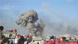 Coluna de fumaça é vista após força aérea síria lançar mísseis contra a cidade de Daraya. Ativistas dizem que exército leal ao ditador Bashar al-Assad massacraram 106 pessoas em Homs. 16/01/2013. REUTERS/Kenan Al-Derani/Shaam News Network/Handout