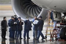 Aerolíneas de varias partes del mundo se apresuraban el jueves a reprogramar sus vuelos, después de que Europa, Japón, Qatar e India se sumaran a Estados Unidos al dejar en tierra sus aviones de pasajeros Dreamliner 787 de Boeing mientras investigan problemas relacionados con baterías defectuosas. En la imagen, un investigador japonés porta una batería extraída de un avión Dreamliner 787 de Boeing, que aterrizó de emergencia el miércoles en el aeropuerto de Takamatsu, en el oeste de Japón, en esta foto tomada por Kyodo el 17 de enero de 2013. REUTERS/Kyodo