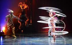El Circo del Sol, conocido en todo el mundo por sus fantásticos espectáculos circenses, ha anunciado el despido de 400 de sus empleados, un 8 por ciento de su plantilla. El Circo del Sol, una de las exportaciones más conocidas de Canadá, dijo que estaba atravesando dificultades por los crecientes costes de sus producciones, además de por la fortaleza del dólar canadiense, que ha igualado o superado al dólar estadounidense en los últimos años. En la imagen, varios artistas del Circo del Sol en una actuación en el Royal Albert Hall de Londres el 4 de enero de 2013. REUTERS/Paul Hackett