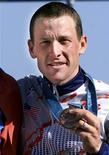 Lance Armstrong ha sido despojado de su medalla de bronce en la prueba de contrarreloj en los Juegos Olímpicos de Sídney 2000, informó el jueves a Reuters un responsable del Comité Olímpico Internacional (COI). Imagen de archivo de Armstrong posando con su medalla en Sídney en septiembre de 2000. REUTERS/Eric Gaillard/Archivos