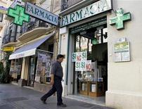 El tipo reducido de IVA que aplica España a determinados productos farmacéuticos y sanitarios se sitúa por debajo de los mínimos permitidos en la Unión Europea y es ilegal, dijo el jueves el Tribunal de Justicia de la UE. En la imagen del pasado mes de noviembre, un hombre entra en una farmacia en Valencia. REUTERS/Heino Kalis