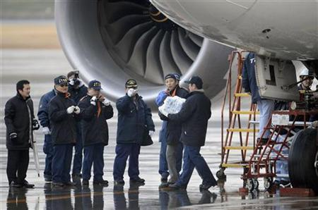 A Japanese investigator carries a battery which was taken from the All Nippon Airways' (ANA) Boeing Co's 787 Dreamliner plane, which made an emergency landing on Wednesday, at Takamatsu airport in Takamatsu, western Japan, in this photo taken by Kyodo January 17, 2013. REUTERS/Kyodo MANDATORY CREDIT. JAPAN OUT. NO COMMERCIAL OR EDITORIAL SALES IN JAPAN. ATTENTION EDITORS – THIS IMAGE WAS PROVIDED BY A THIRD PARTY. FOR EDITORIAL USE ONLY. NOT FOR SALE FOR MARKETING OR ADVERTISING CAMPAIGNS. THIS PICTURE IS DISTRIBUTED EXACTLY AS RECEIVED BY REUTERS, AS A SERVICE TO CLIENTS