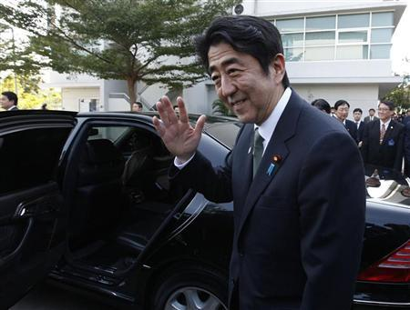 Japan's Prime Minister Shinzo Abe waves before he leaves the Thai-Nichi Institute of Technology in Bangkok January 17, 2013. Abe is on a one-day official visit to Thailand. REUTERS/Kerek Wongsa