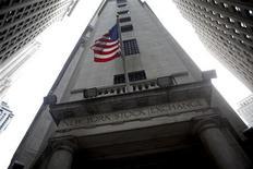 Wall Street ouvre en hausse jeudi, retrouvant son plus haut niveau depuis décembre 2007, soutenue par des statistiques très encourageantes et des résultats meilleurs que prévu d'eBay. Le Dow Jones gagne 0,25% dans les premiers échanges et le Nasdaq Composite prend 0,43%, tandis que le Standard & Poor's 500 s'adjuge 0,26% à 1.476,47, passant la barre des 1.474,51 points en séance pour la première fois depuis décembre 2007. /Photo d'archives/REUTERS/Eric Thayer/Files