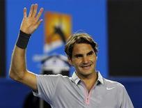 El tenista suizo Roger Federer celebra tras derrotar al ruso Nikolay Davydenko en su encuentro por el Abierto de Australia en Melbourne, ene 17 2013. Los tenistas Roger Federer, Andy Murray y Juan Martín del Potro, tres de los mayores favoritos en el Abierto de Australia, avanzaron el jueves a la tercera ronda del primer Gran Slam del año con cómodos triunfos en sets consecutivos. REUTERS/Damir Sagolj