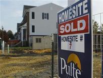 Foto de archivo de una vivienda a la venta en Darnestown, EEUU, oct 23 2012. El número de estadounidenses que realizaron nuevas solicitudes de subsidios por desempleo cayó a un mínimo nivel en cinco años la semana pasada, una señal de esperanza para el vacilante mercado laboral. REUTERS/Gary Cameron