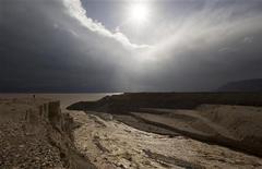El Banco Mundial ha concluido que es posible utilizar el mar Rojo para rellenar con agua el menguante mar Muerto, tras años de estudios sobre si esa conexión funcionaría. En la imagen, un hombre mira al agua que fluye hacia el norte del mar Rojo durante una inundación repentina, el 9 de enero de 2013. REUTERS/Ronen Zvulun
