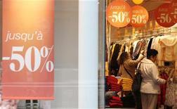 Une semaine après le démarrage des soldes d'hiver, le bilan se révèle négatif pour les ventes d'habillement, plombées aux dires des professionnels par une conjoncture très déprimée et par la multiplication des périodes de promotions. /Photo prise le 9 janvier 2013/REUTERS/Christian Hartmann