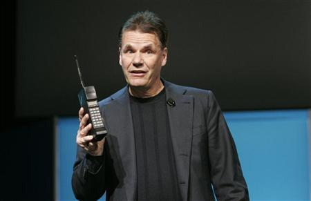 Former Nokia President and Chief Executive Olli-Pekka Kallasvuo holds a Nokia mobile phone from 1987 during his keynote speech at the 2010 International Consumer Electronics Show (CES) in Las Vegas, Nevada in this January 8, 2010 file photo. REUTERS/Steve Marcus/Files