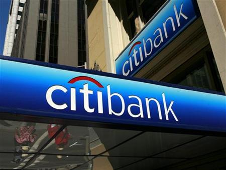 People walk beneath a Citibank branch logo in the financial district of San Francisco, California July 17, 2009. REUTERS/Robert Galbraith/Files