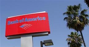 El banco estadounidense Bank of America anunció el jueves una caída de sus ganancias trimestrales debido a que asumió cargos por unos 5.000 millones de dólares para limpiar los problemas hipotecarios derivados de la crisis financiera. En la imagen, un cartel de Bank of America, en Burbank, California, el 19 de agosto de 2011. REUTERS/Fred Prouser