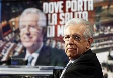 El primer ministro italiano, Mario Monti, ha dicho que se opone a los matrimonios del mismo sexo y a que las parejas gay puedan adoptar, sumergiéndose en un debate cada vez más tenso en el centro del catolicismo un mes antes de unas elecciones en las que aspira a un segundo mandato. En la imagen, Monti en un programa de la televisión italiana en Roma, el 14 de enero de 2013. REUTERS/Alessandro Bianchi