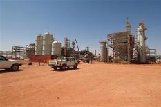 Полученное Рейтер архивное фото от 19 апреля 2005 года газового завода в Аменасе, Алжир, где боевики захватили заложников. Двадцать пять иностранных заложников бежали и шесть погибли, когда алжирская армия в четверг начала операцию для их освобождения из плена исламистов на газовом заводе в пустыне Сахара, сообщили источники в Алжире об одном из крупнейших за десятилетие международных кризисов, разворачивающемся в последние дни. REUTERS/Kjetil Alsvik/Statoil via Scanpix