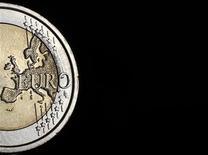 Stabilisée par des avancées institutionnelles et la politique de la Banque centrale européenne, la zone euro ne sortira vraiment de la crise que lorsqu'elle aura retrouvé le chemin de la croissance et de l'emploi, selon Natixis Asset Management qui prévoit un recul de 0,2% du PIB de la zone euro cette année. /Photo d'archives/REUTERS/Tony Gentile