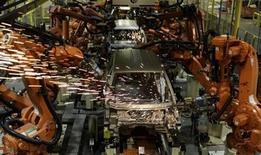 Foto de archivo de unos robots soldadores en una planta de Ford en Camcari, Brasil, nov 14 2007. La utilización de la capacidad instalada en la industria brasileña subió al 81,4 por ciento en noviembre, su mayor nivel desde marzo del 2012, mientras que la facturación aumentó un 2,5 por ciento en el mismo mes, informó el jueves la Confederación Nacional de la Industria (CNI). REUTERS/Paulo Whitaker