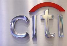 Foto de archivo del logo de Citi en el puesto de Citigroup en el parqué de Wall Street en Nueva York, oct 16 2012. El banco estadounidense Citigroup Inc reportó el jueves cargos por 2.320 millones de dólares por despidos y demandas en el primer informe trimestral del nuevo presidente ejecutivo, Michael Corbat, quien advirtió que la entidad necesita tiempo para lidiar con los problemas que enfrenta. REUTERS/Brendan McDermid