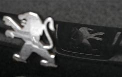 PSA Peugeot Citroën entend négocier dans les prochains mois un accord de performance pour améliorer la compétitivité de ses usines françaises, emboîtant ainsi le pas à son concurrent Renault qui a lancé le processus à l'automne dernier. /Photo prise le 9 janvier 2013/REUTERS/Christian Hartmann